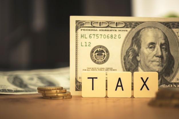 Przygotuj się na koncepcję obniżenia podatku. podatku słowo i rachunki usa na tle. zdjęcie planowania biznesowego