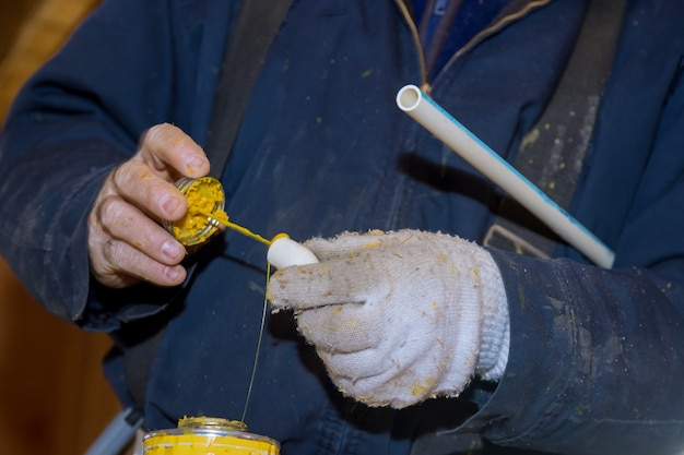 Przygotuj złącze rurowe za pomocą kleju uszczelniającego rury pvc do rur wodociągowych w nowym domu