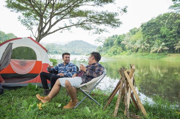 Przyjaciel cieszy się wakacje na campingu