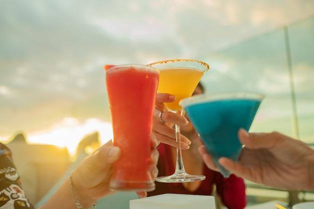 Przyjaciel pije koktajl i cieszy się przyjęciem, napój nie prowadzi koncepcji