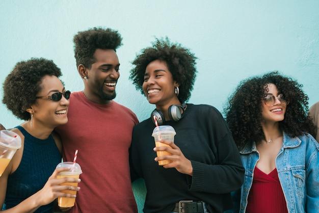 Przyjaciele afro bawią się razem