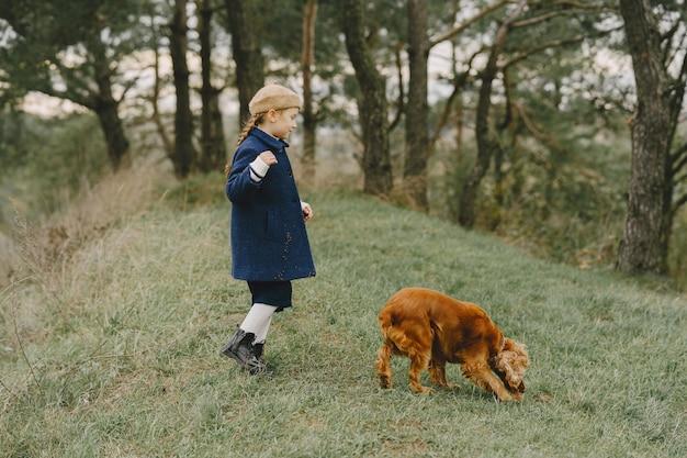 Przyjaciele bawią się na świeżym powietrzu. dziecko w niebieskim płaszczu.