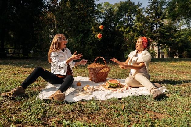 Przyjaciele bawią się razem na pikniku