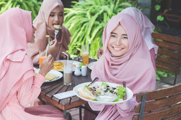 Przyjaciele bawią się razem podczas lunchu