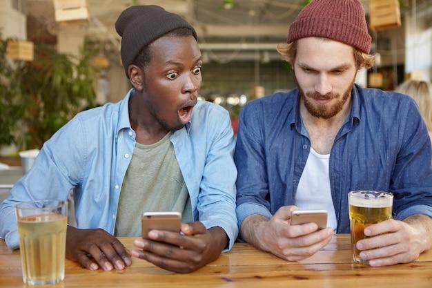 Przyjaciele bawią się w pubie