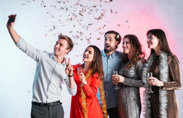 Przyjaciele bierze selfie przy nowego roku przyjęciem