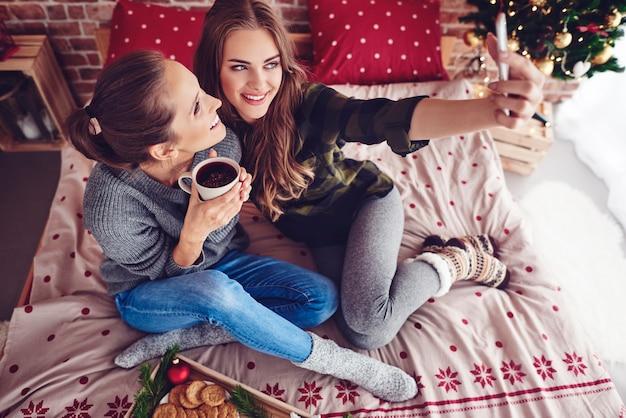 Przyjaciele biorąc selfie i uśmiechając się