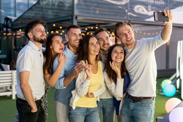 Przyjaciele biorąc selfie na imprezie
