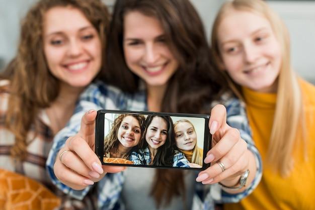 Przyjaciele biorący selfie