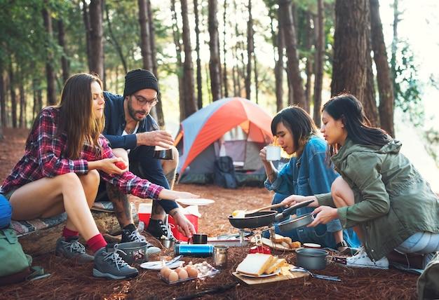 Przyjaciele biwakują w lesie