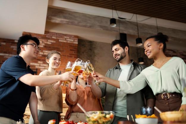 Przyjaciele brzęczą kieliszki szampana