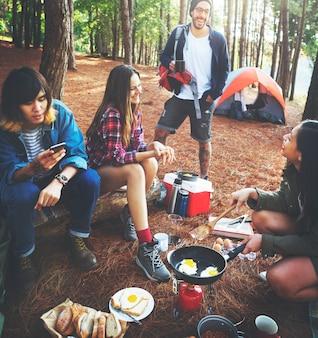 Przyjaciele campingowy kulinarny śniadaniowy pojęcie