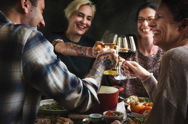 Przyjaciele cieszą się przyjemnym obiadem