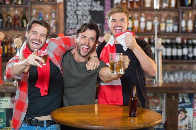 Przyjaciele ciesząc się w pubie