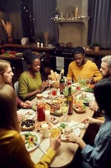 Przyjaciele cieszący się kolacją w domu
