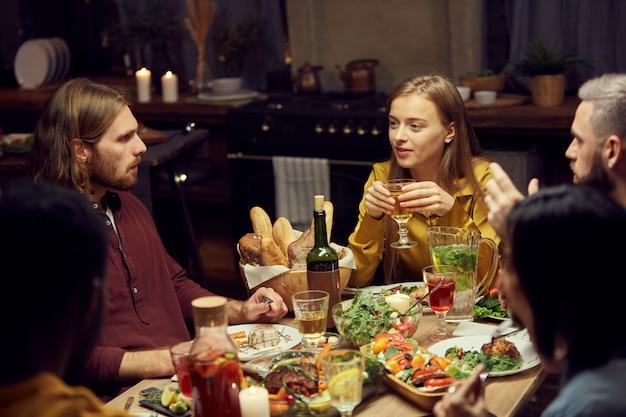 Przyjaciele cieszący się kolacją