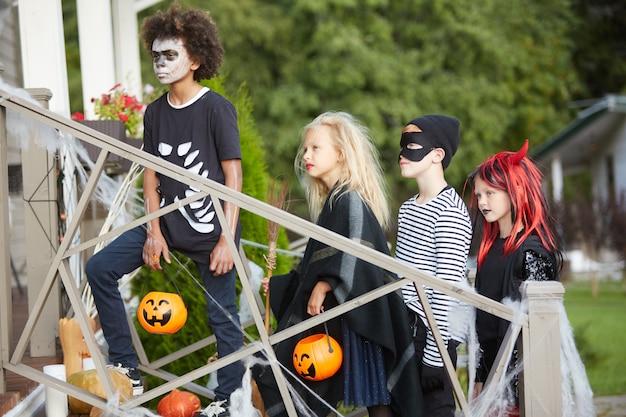 Przyjaciele cukierek albo psikus na halloween