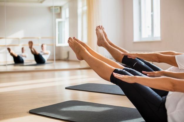 Przyjaciele ćwiczy wpólnie przy gym