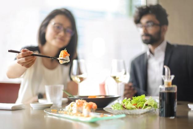 Przyjaciele degustacji sushi w restauracji