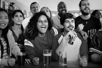 Przyjaciele doping sportu w barze razem