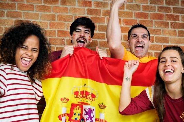 Przyjaciele dopingują puchar świata z malującą flaga