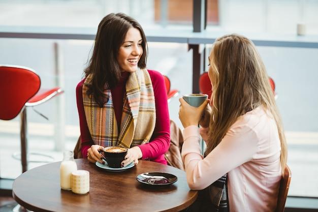 Przyjaciele filiżankę kawy
