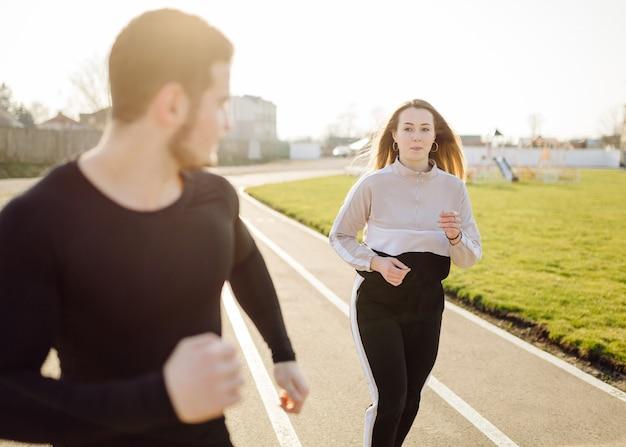 Przyjaciele fitness razem trenują na świeżym powietrzu żyjąc aktywnie, zdrowo