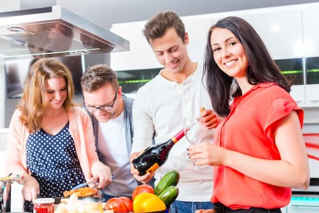 Przyjaciele gotuje makaron i mięso w domowej kuchni