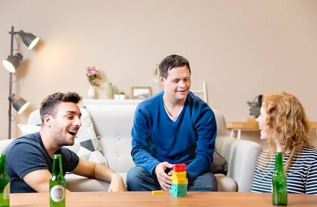 Przyjaciele grają w gry i piją piwo
