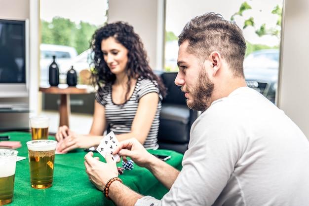 Przyjaciele grają w pokera