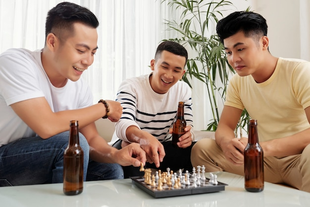 Przyjaciele grają w szachy