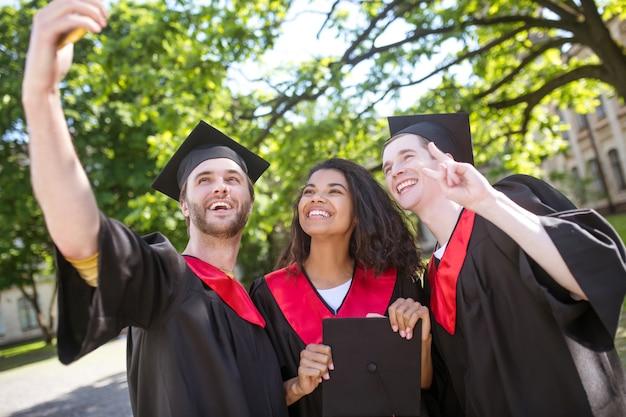 Przyjaciele. grupa absolwentów spędzająca razem czas i czująca się zjednoczona