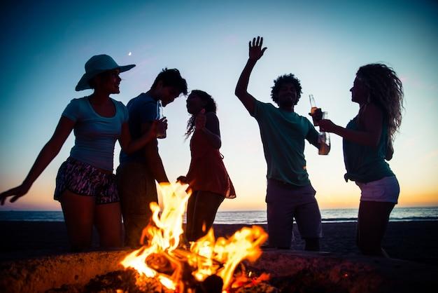 Przyjaciele imprezują na plaży