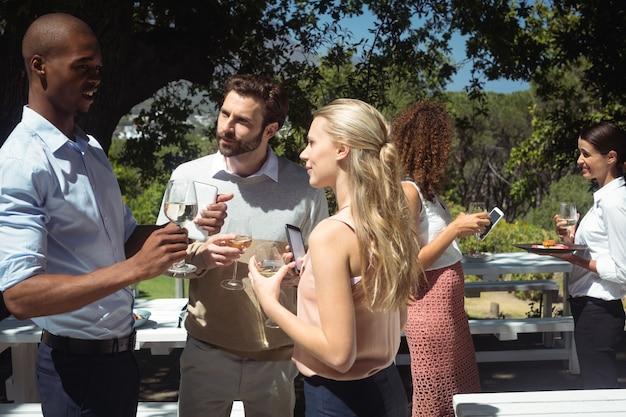Przyjaciele interakcji przy lampce wina w restauracji