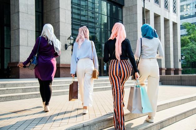 Przyjaciele islamskich kobiet razem zakupy w weekend