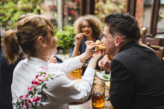 Przyjaciele jedzą i rozmawiają w restauracji