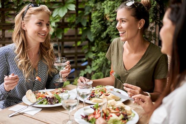 Przyjaciele jedzą obiad w restauracji