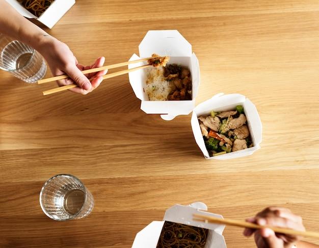 Przyjaciele jedzą razem chow mein