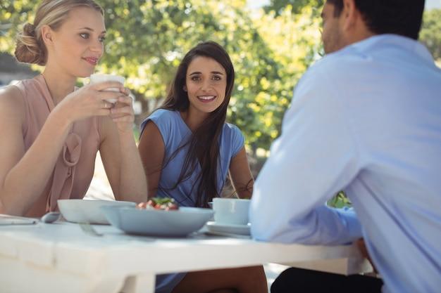 Przyjaciele jedzą śniadanie w restauracji