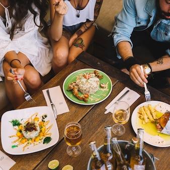Przyjaciele jedzenia w restauracji