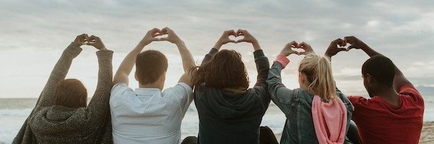 Przyjaciele kochają serce ręce na plaży