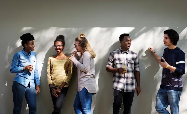 Przyjaciele ludzie grupa praca zespołowa różnorodność