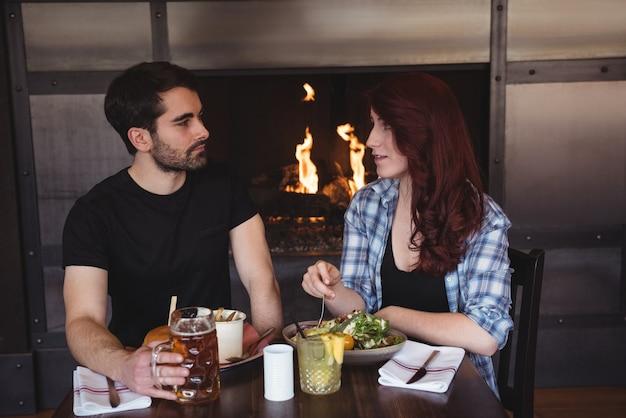 Przyjaciele mają jedzenie w barze