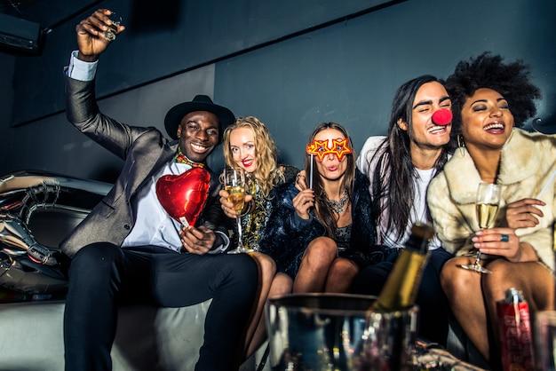 Przyjaciele mają przyjęcie w klubie nocnym
