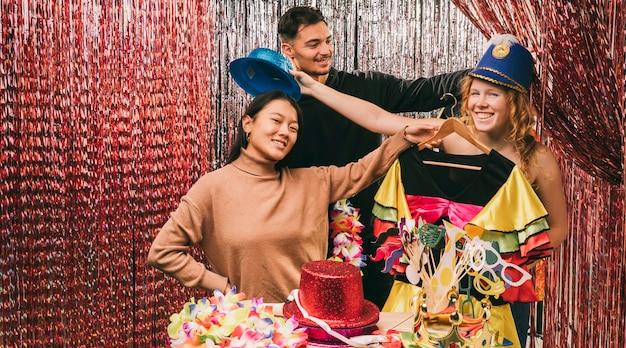 Przyjaciele maskujący się na imprezę karnawałową