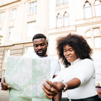 Przyjaciele międzykulturowi, patrząc na mapę