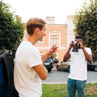 Przyjaciele międzykulturowi robią sobie zdjęcia