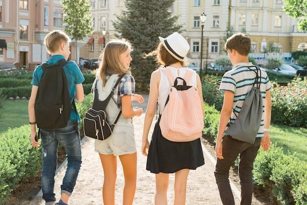 Przyjaciele młodych ludzi chodzących po mieście