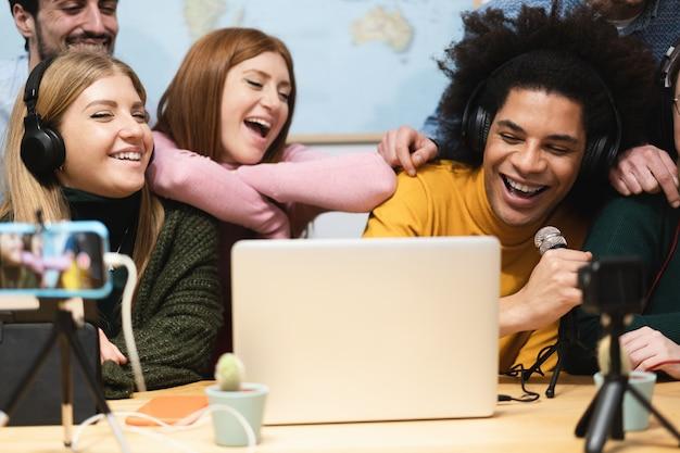 Przyjaciele młodych ludzi przesyłają strumieniowo online w sieci społecznościowej