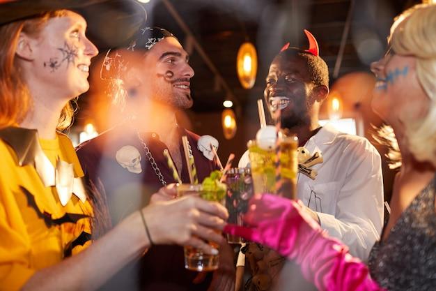 Przyjaciele na imprezie z okazji halloween w klubie nocnym